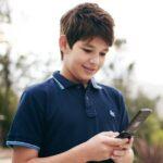niño espiar celular
